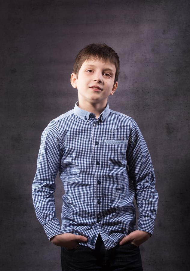 Feche acima do retrato emocional do menino adolescente de sorriso do caucasian fotografia de stock royalty free