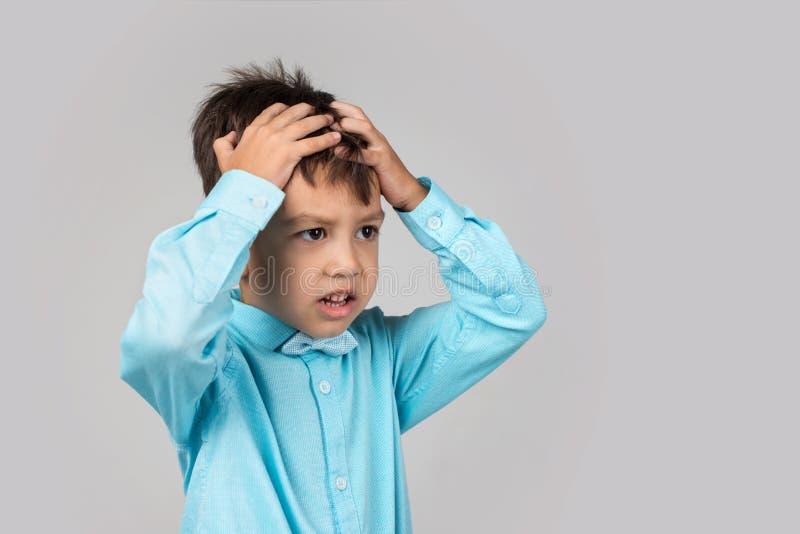 Feche acima do retrato emocional do rapaz pequeno É muito virado foto de stock royalty free