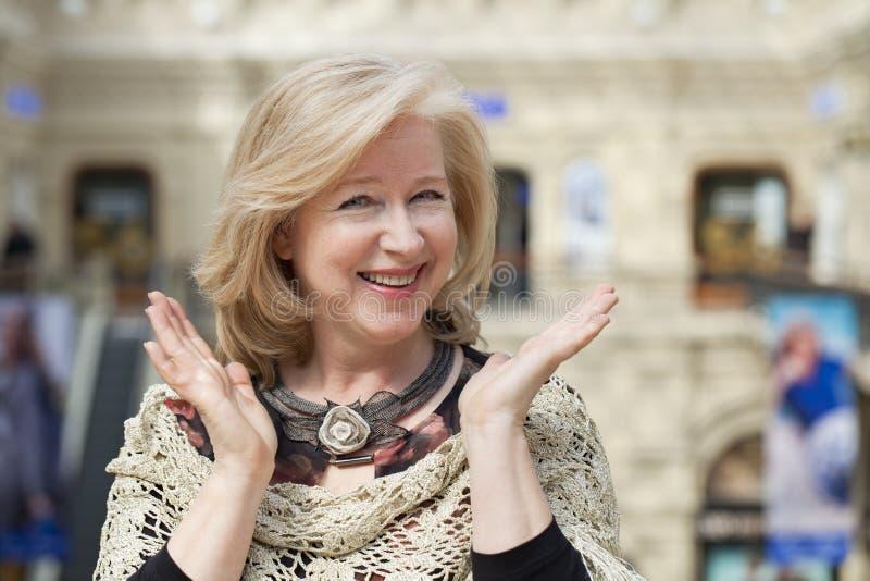 Feche acima do retrato facial de uma mulher superior bonita imagens de stock royalty free
