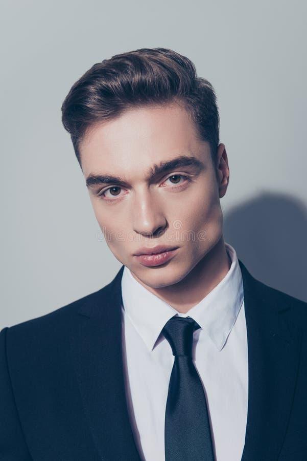 Feche acima do retrato do homem à moda novo bonito em sui preto fotografia de stock