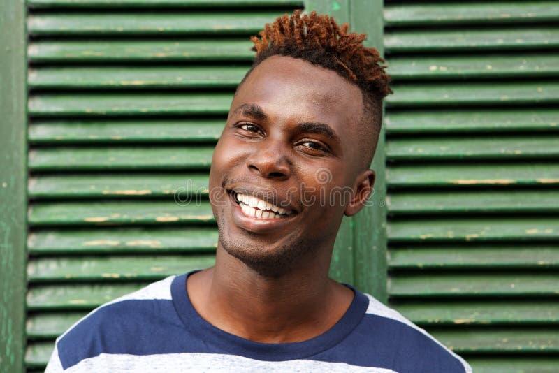 Feche acima do retrato do sorriso afro-americano feliz do homem imagens de stock