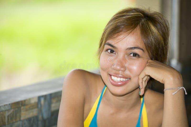 Feche acima do retrato do sorriso asiático expressivo feliz e bonito novo da mulher entusiasmado e agradável na expressão positiv fotografia de stock