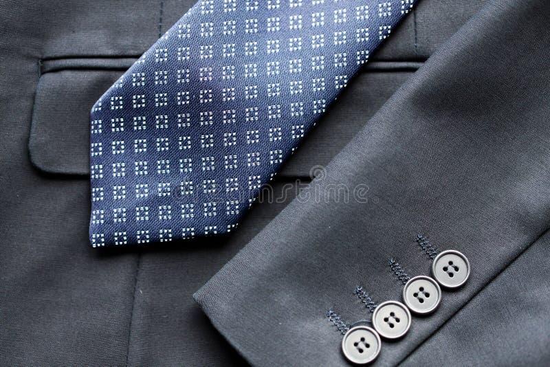 Feche acima do revestimento do terno de negócio e amarre foto de stock