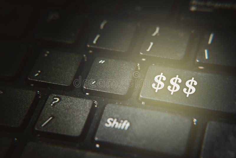 Feche acima do símbolo do dólar em um botão do teclado de computador imagens de stock royalty free