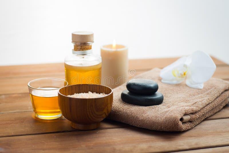 Feche acima do sal, do óleo da massagem e do material do banho imagem de stock royalty free