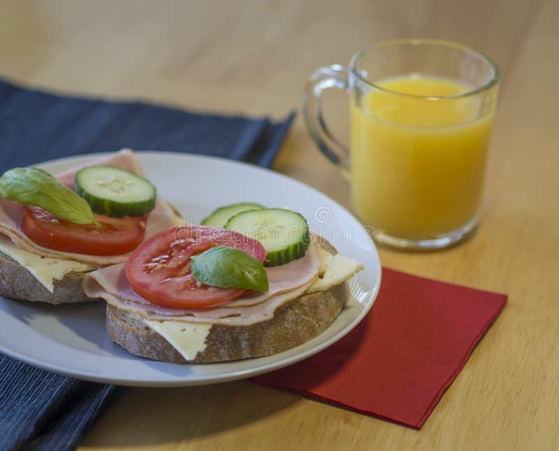 Feche acima do sanduíche feito home fresco do pão de centeio com o queijo do presunto slic imagens de stock
