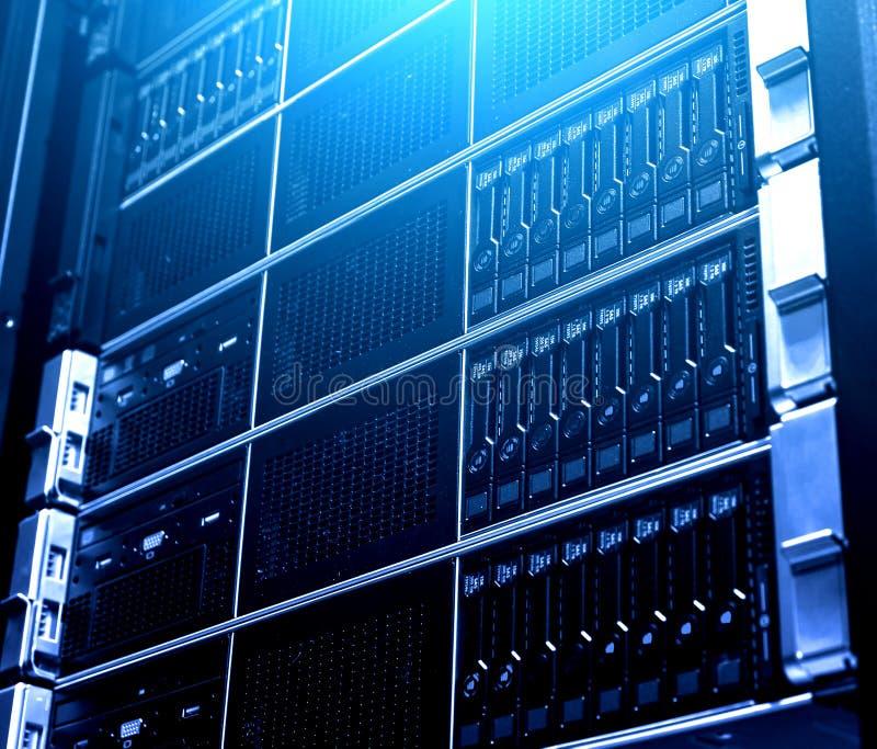 Feche acima do sistema múltiplo de equipamento de dados moderno do armazenamento da nuvem sob a luz azul Interior tecnologico da  imagens de stock