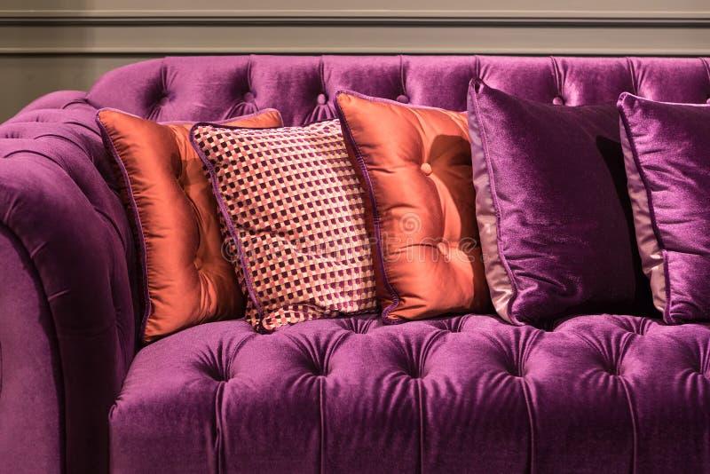 Feche acima do sofá e dos coxins violetas de veludo fotografia de stock royalty free