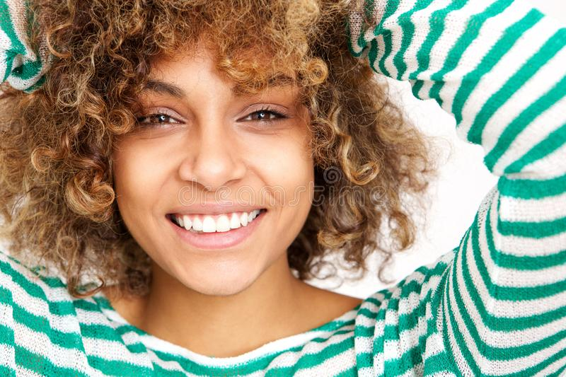 Feche acima do sorriso afro-americano novo feliz da mulher da cara foto de stock royalty free