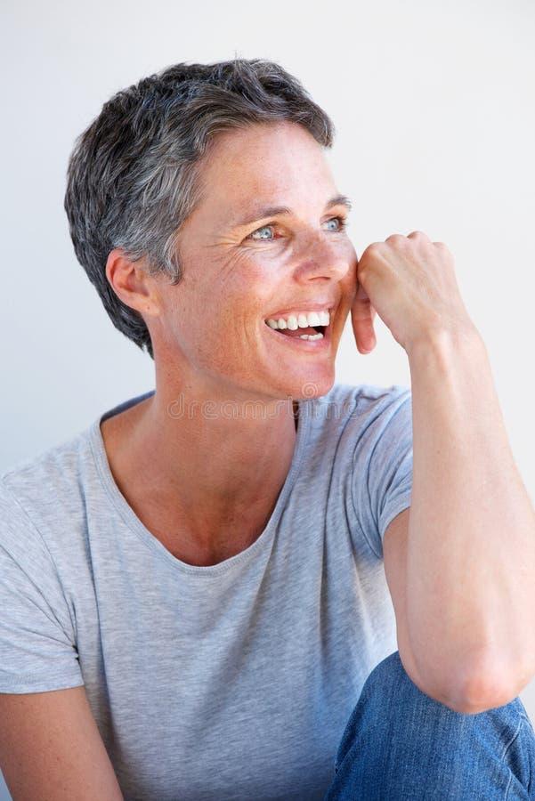 Feche acima do sorriso relaxado de uma mulher mais idosa fotos de stock royalty free