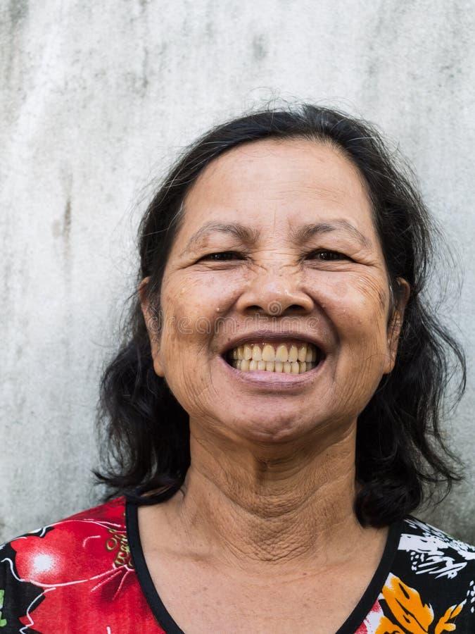 Feche acima do sorriso tailandês velho do retrato da mulher fotos de stock
