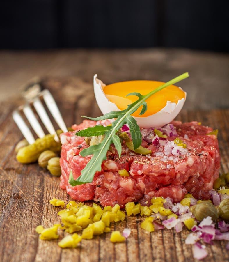 Feche acima do tártaro da carne com alcaparras imagens de stock royalty free