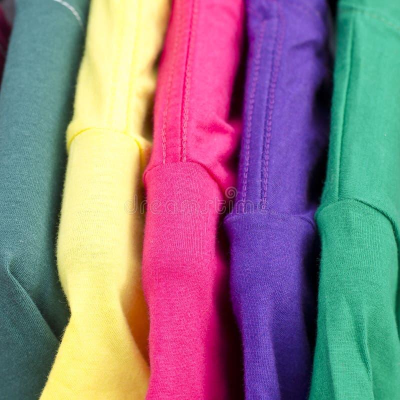 Feche acima do t-shirt colorido fotografia de stock