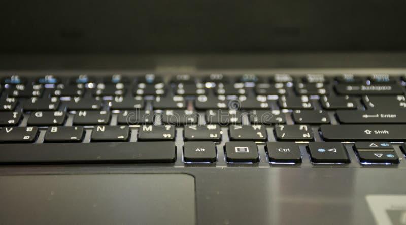 Feche acima do teclado do defocus/borrão no portátil imagem de stock royalty free