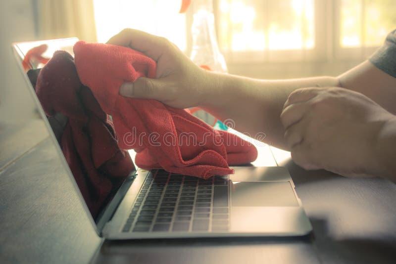 Feche acima do tela plano do portátil da limpeza da mão do homem imagem de stock