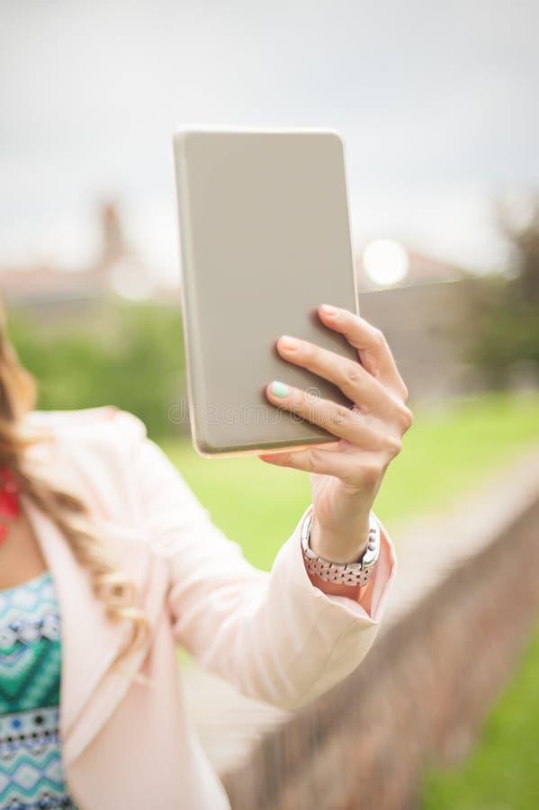 Feche acima do telefone celular da terra arrendada da m?o da mulher e selfie da fatura imagens de stock royalty free