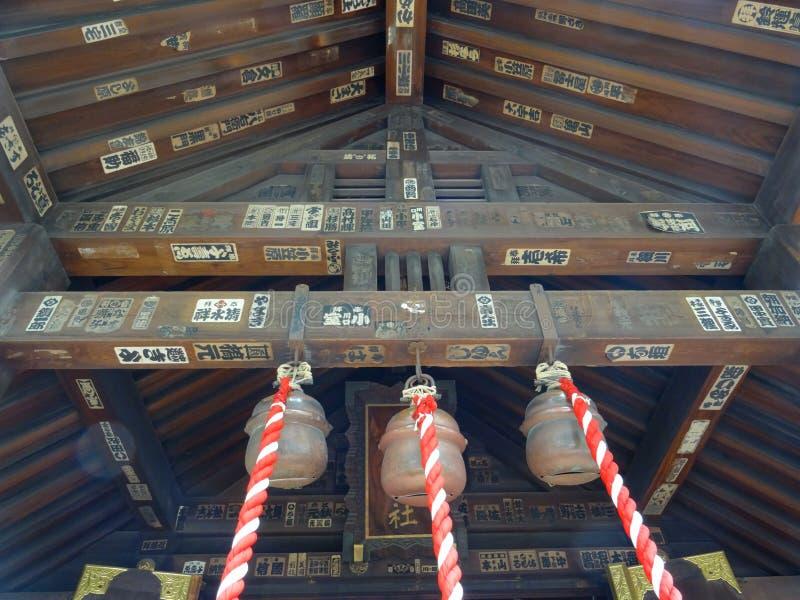 Feche acima do telhado do santuário de Namiyoke Inari Jinja no Tóquio, Japão imagem de stock royalty free