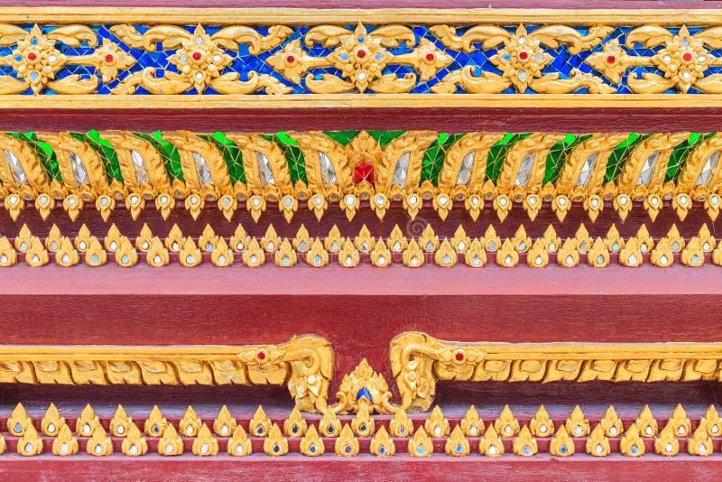 Feche acima do teste padrão de Lai Thai na igreja budista tailandesa baixa fotos de stock royalty free