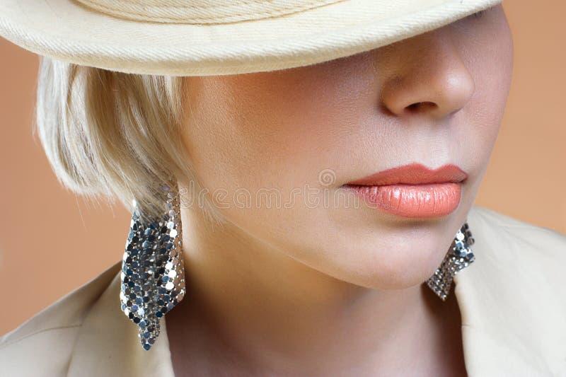 Feche acima do tiro da mulher loura nova dos bordos completos fotos de stock royalty free