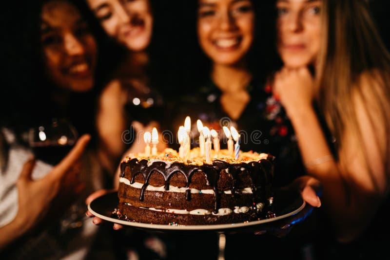 Feche acima do tiro da mulher que guarda o bolo de aniversário fotografia de stock royalty free