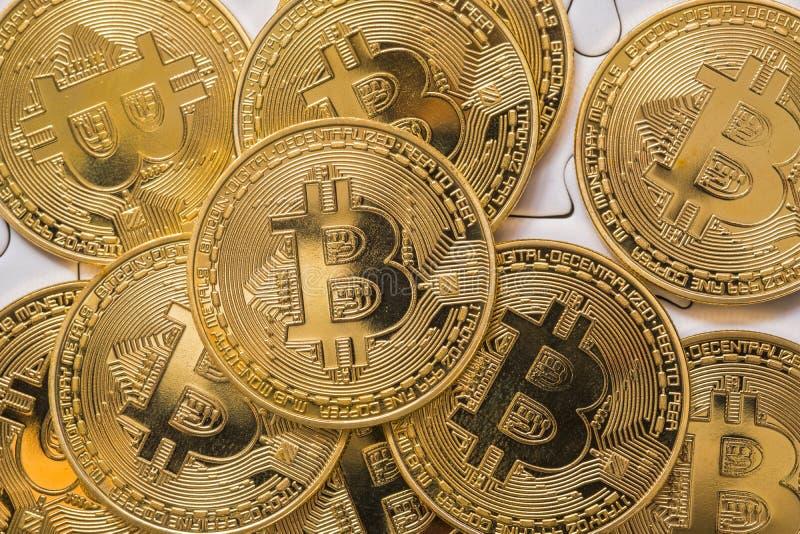 Feche acima do tiro de Bitcoin dourado, seletivo focalizado Conceito do dinheiro eletrônico e da finança fotos de stock royalty free