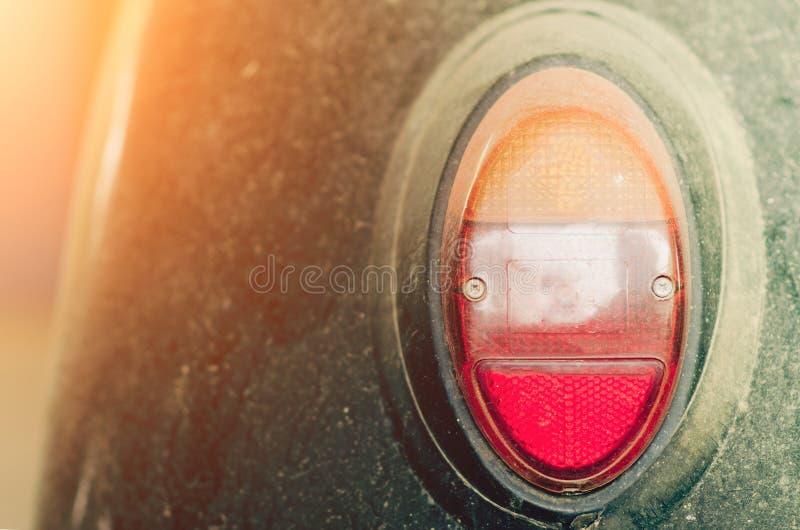 Feche acima do tiro de luzes traseiras de um carro velho do vintage foto de stock royalty free