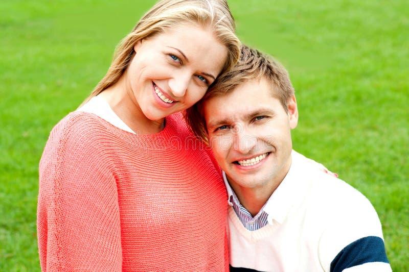 Feche acima do tiro de pares novos lindos do amor fotografia de stock royalty free