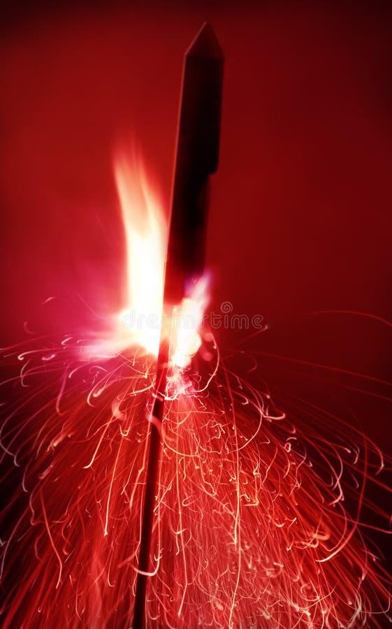 Feche acima do tiro de um fogo-de-artifício pronto para ir, borrão de movimento imagem de stock