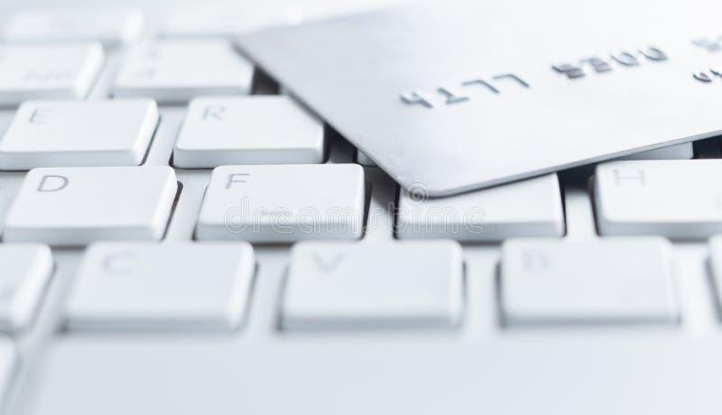 Feche acima do tiro do cartão de crédito em um teclado fotografia de stock royalty free