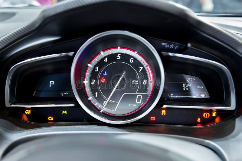 Feche acima do tiro do velocímetro moderno em um carro imagens de stock