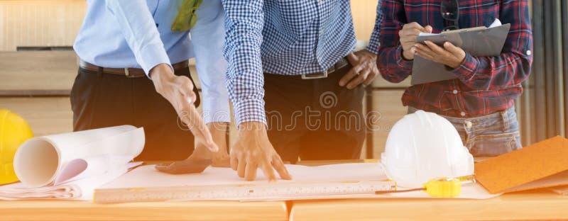 Feche acima do trabalho das mãos dos arquitetos foto de stock