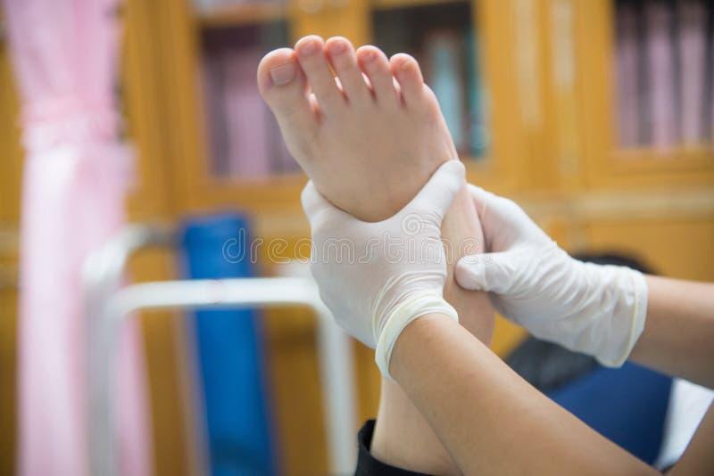Feche acima do tratamento da fisioterapia do físico da mão imagem de stock royalty free