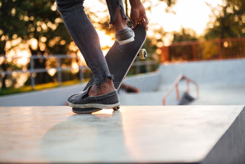 Feche acima do treinamento masculino novo do skater imagens de stock royalty free
