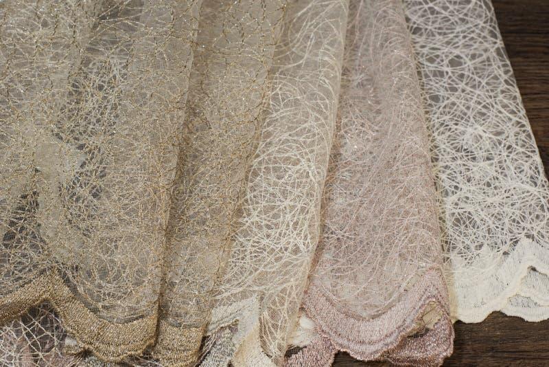 Feche acima do tule bonito Amostra completa da tela das cortinas Textura, fundo, teste padrão Design de interiores Tule do laço d foto de stock
