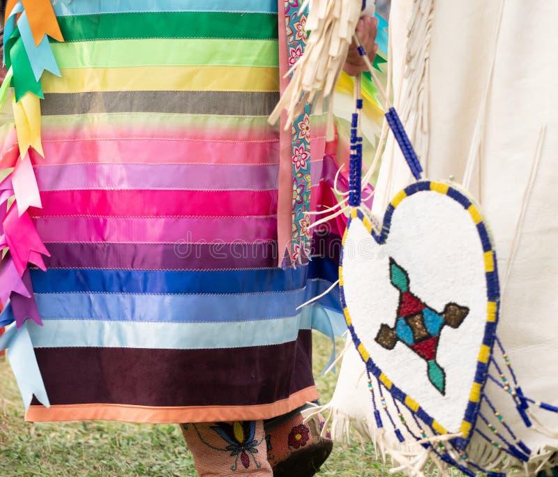 Feche acima do vestido da fita vestido por uma mulher do nativo americano imagem de stock