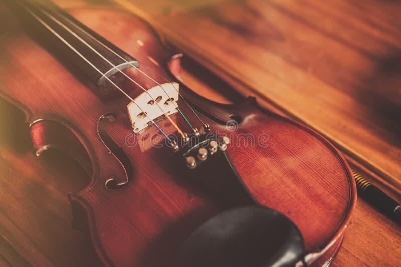 Feche acima do violino no fundo de madeira no vintage fotografia de stock royalty free