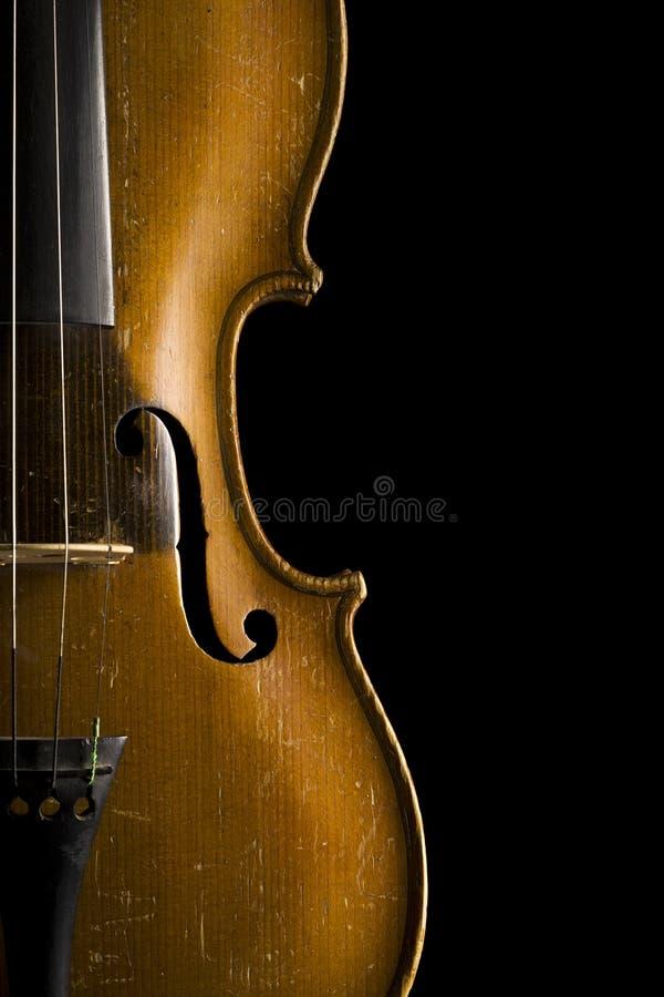 Feche acima do violino velho isolado no preto fotografia de stock