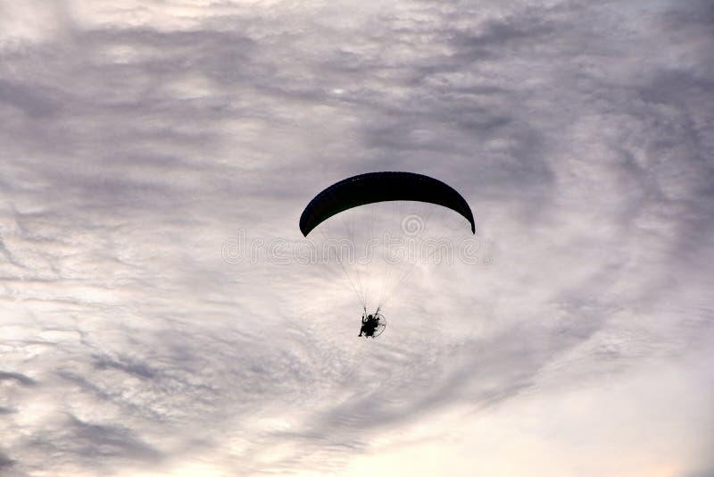 Feche acima do voo do parapente no blackground da nuvem do céu fotos de stock