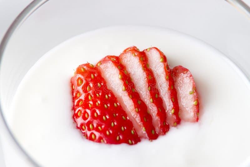 Feche acima do yogurt da morango fotos de stock royalty free