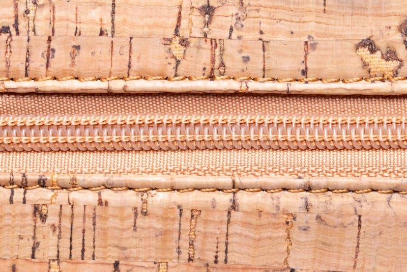 Feche acima do z?per Um close up de alta resolução de um detalhe de um zíper fechado em uma bolsa feita da cortiça natural Foto m imagens de stock royalty free