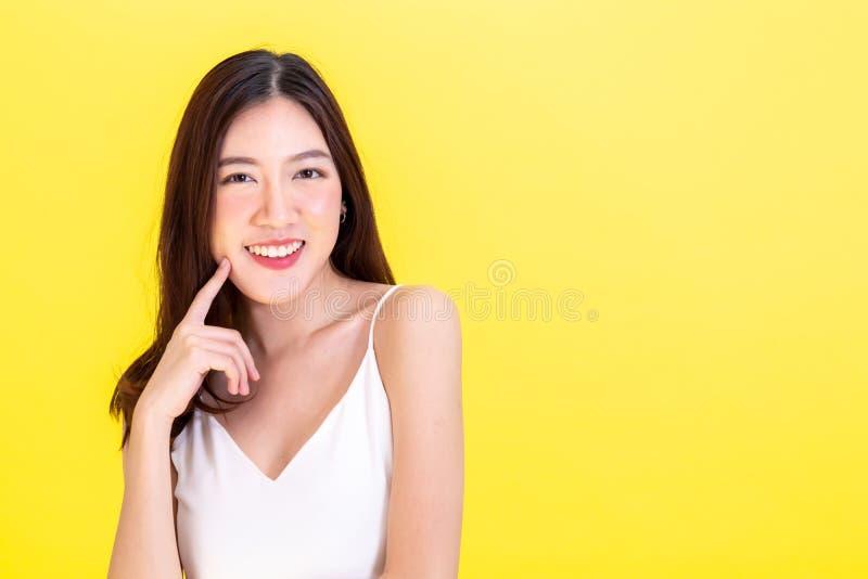 Feche acima dos anéis de espuma coloridos e doces com a uma cara do smiley no fundo cor-de-rosa fotos de stock royalty free