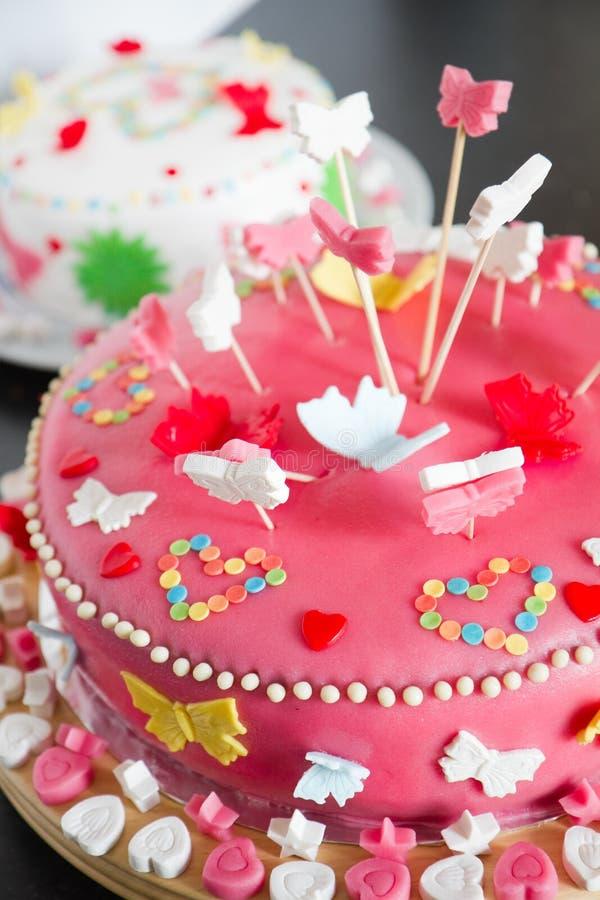 Feche acima dos bolos do maçapão para o aniversário fotos de stock royalty free