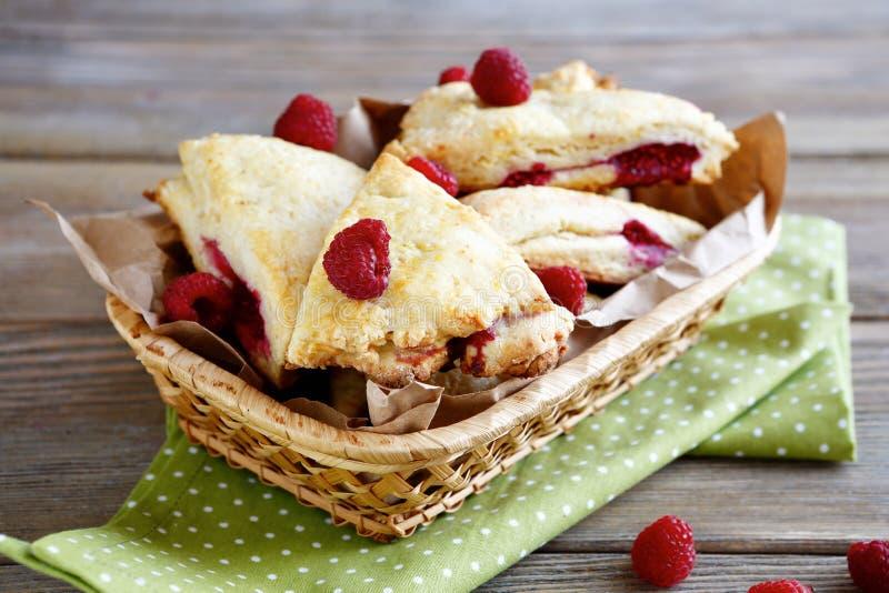 Feche acima dos bolos recentemente cozidos no café da manhã imagem de stock royalty free