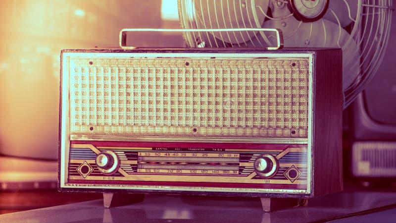 Feche acima dos botões de rádio do vintage e do painel de controle do afinador Escala de rádio velha retro antiga marrom de madei fotografia de stock royalty free