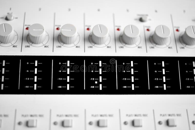 Feche acima dos botões de um misturador sadio foto de stock