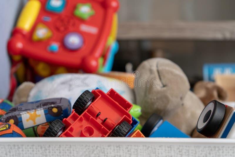 Feche acima dos brinquedos, com muitos objetos diferentes que incluem brinquedos, carros do jogo e brinquedos macios da criança imagem de stock royalty free