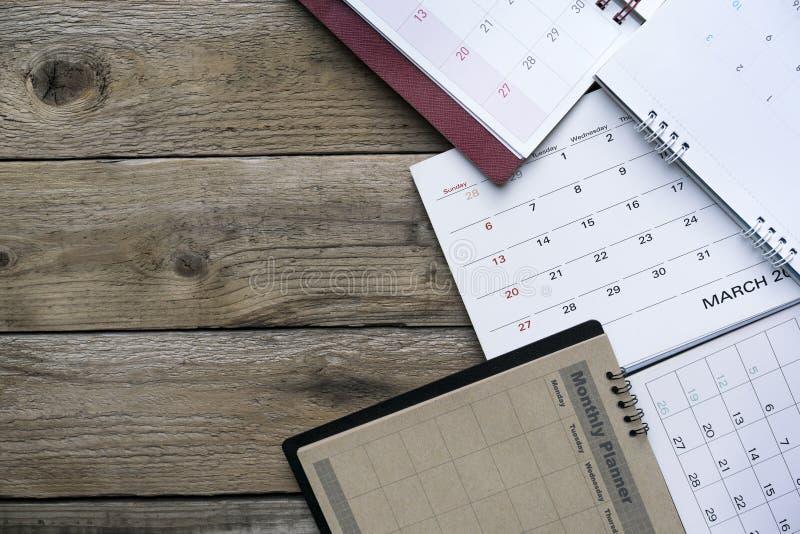 Feche acima dos calendários na tabela para o planejador fotos de stock royalty free