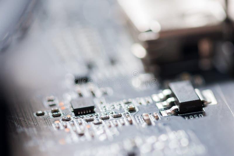Feche acima dos circuitos eletrônicos na placa de lógica do fundo do computador da tecnologia de Mainboard, cartão-matriz do proc foto de stock
