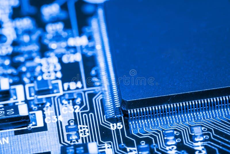 Feche acima dos circuitos eletrônicos na placa de lógica do fundo do computador da tecnologia de Mainboard, cartão-matriz do proc imagens de stock