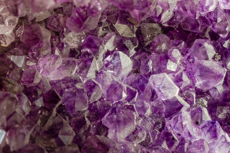 Feche acima dos cristais roxos da ametista imagens de stock royalty free
